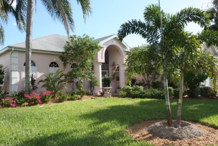 Magnificent 3 Bedroom Home on Canal - Cape Coral - Hus