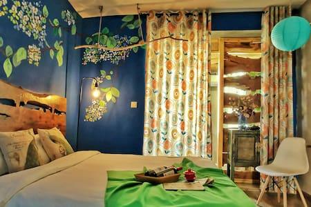 (好久不见主题客栈)百年老家具搭配手绘艺术设计大床房