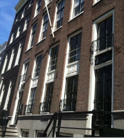 The facade of the 17th century Canal House, located on the crossing of two canals - unblocked view!