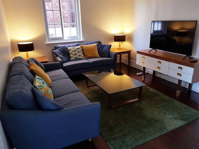 Comfortable Art Deco Apartment in Central New Farm
