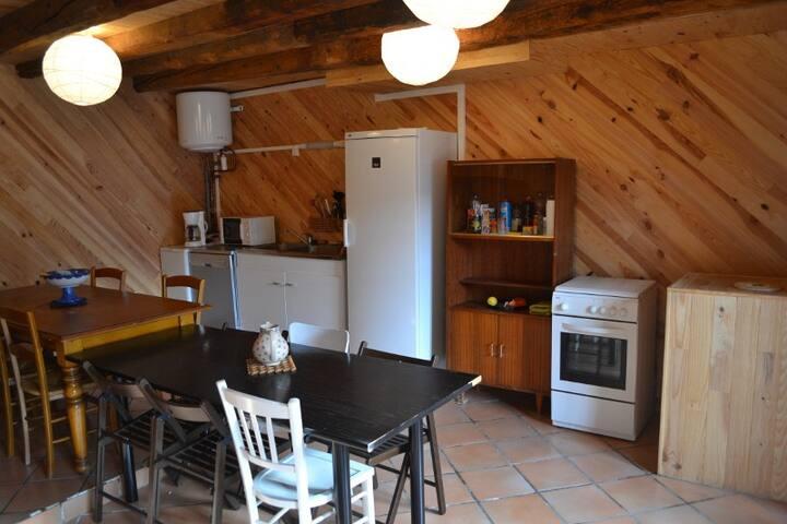 Cuisine équipée. cuisinière à gaz, réfrigérateur, lave-linge, lave- vaisselle, évier inox, grand buffet, vaisselle et casseroles, raclette, 3 tables, 20 chaises