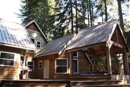 New 3-bed cabin w/ private hot tub - Glacier
