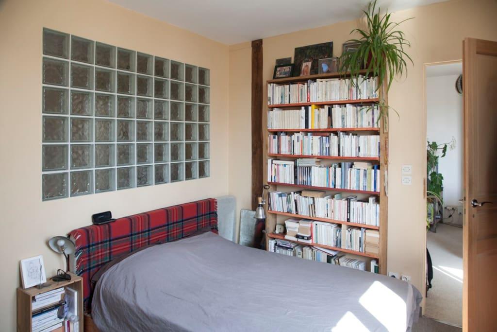 Chambre avec lit double exposée vers le sud...