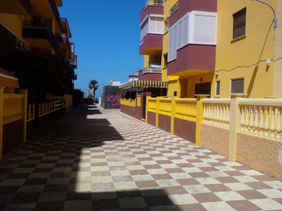 Calle peatonal muy ancha que termina en paseo maritimo