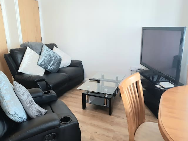 1 Bed Apt Close To It All, King Bed Parking WI-FI