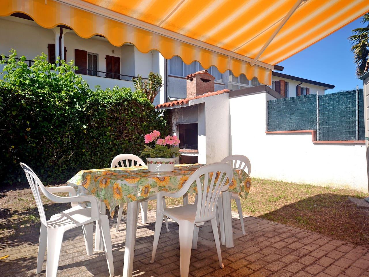 Villetta con giardino ed ampio porticato coperto arredato