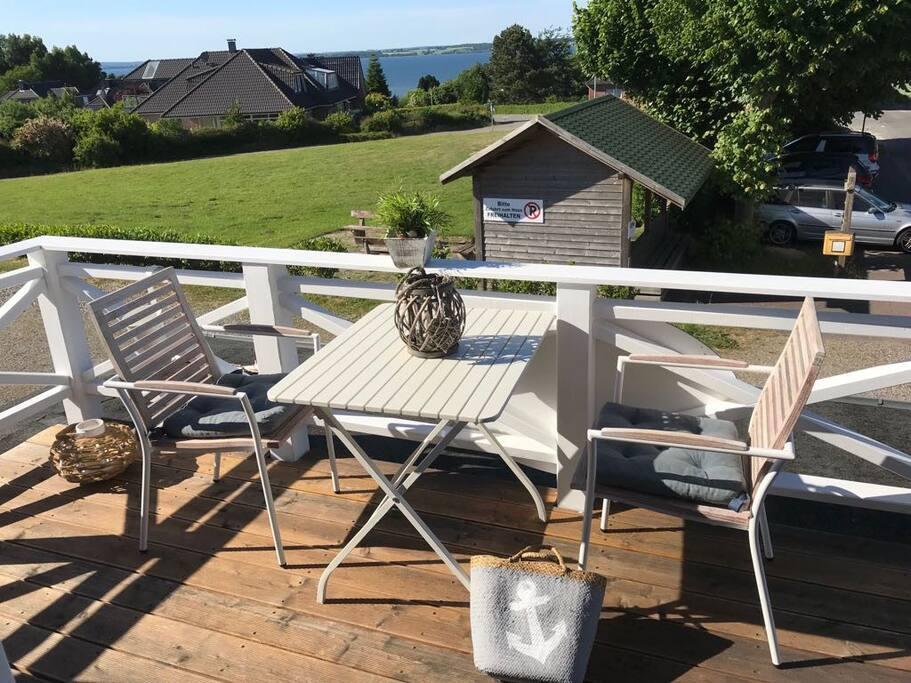 Balkon mit Fördeblick, Eßtisch und Sonnenliege