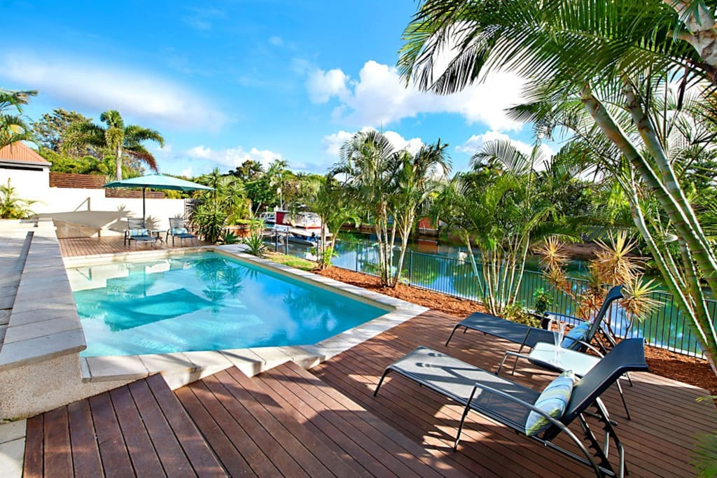 Huge 4 bedroom waterfront house with pool houses for for Houses with 4 bedrooms and a pool