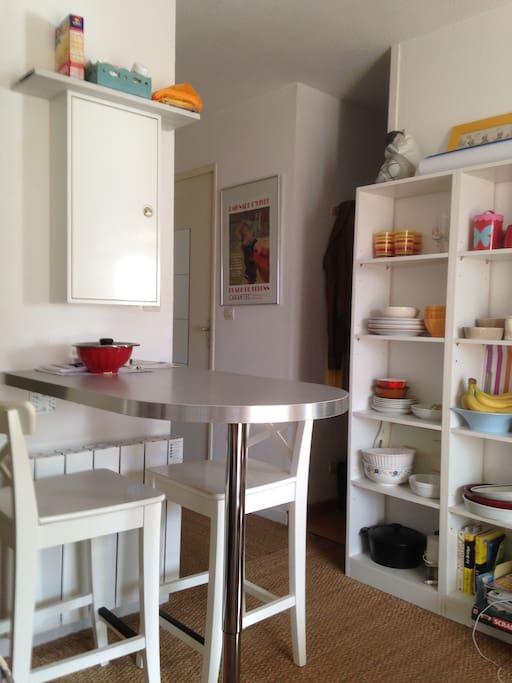coin repas avec entrée cabine à gauche vaisselier