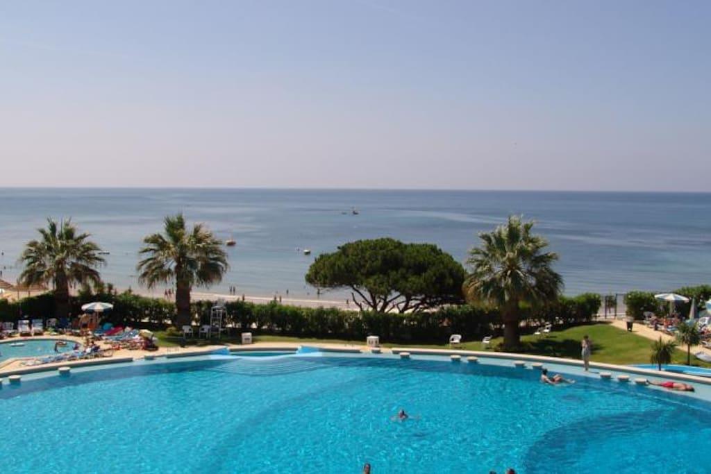 Vista sobre a piscina e praia