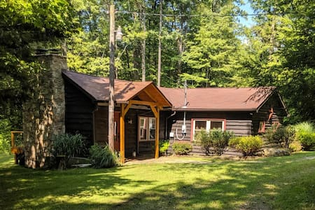 Cozy Cabin in the woods, minutes to the Resorts