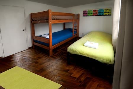 Room for 3 in heart of Miraflores with BREAKFAST - Miraflores - Дом