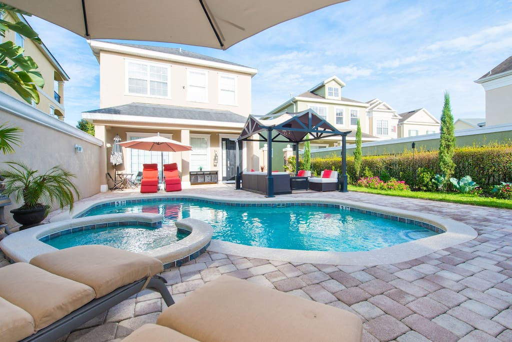 swimming pool with Jacuzzi, gazebo with sofas, umbrella and exclusive bathroom for the pool.