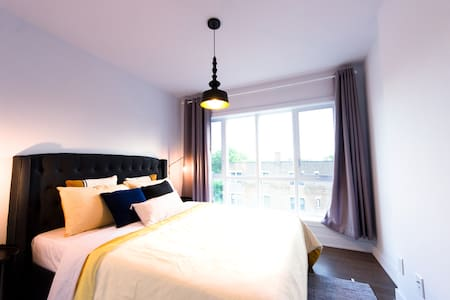 Trendy cool stay*brand-new*2 new queen*gym*parking