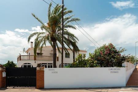 Tranquila casa independiente. Jardín piscina WIFI