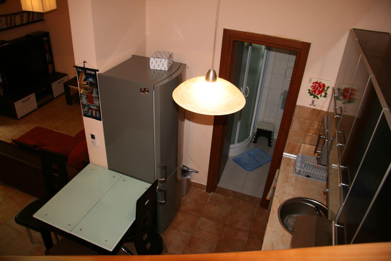 Вид на кухню и вход в душевую и с/у с лестницы