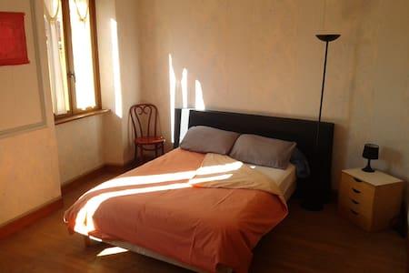 Chambre Rose, au coeur du village! - MONTBRUN BOCAGE - House