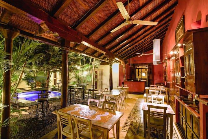 Hotel El Club en el centro histórico de Granada