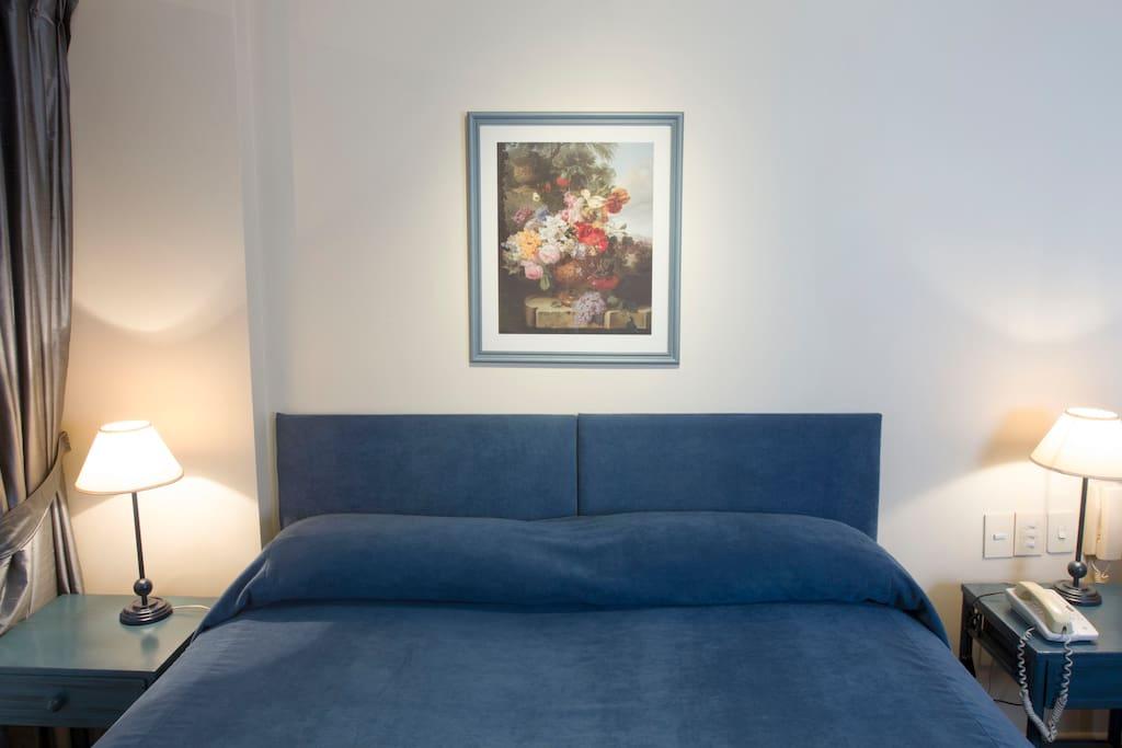 Amplia cama matrimonial. Blanqueria incluida