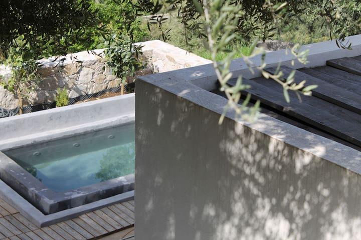 studio, petite piscine, vue mer