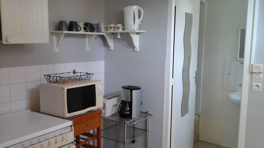 la cuisine est une pièce séparée et équipée