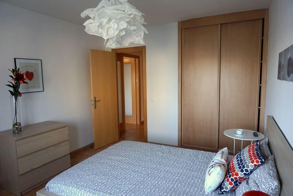 Dormitorio, detalle del armario empotrado y la cómoda.