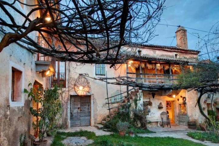 Old traditional Karst house with swimming pool - Dutovlje - Dom