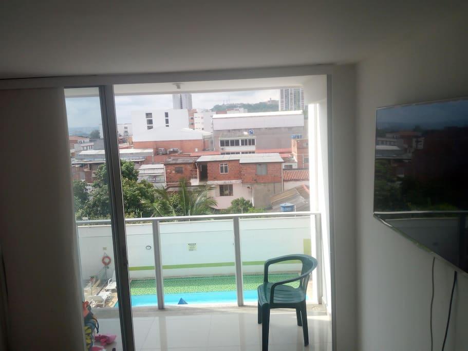 Balcon de la habitacion con vista al mirador y a la piscina