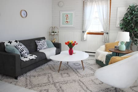 The Painted Oasis - Cozy Wasaga Beach Retreat