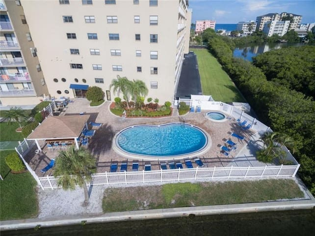 Bayshore Yatch Tennis Club 2-br 3 beds (7-day min)
