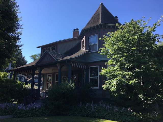 Historical Victorian Cottage~ Heart of Lakewood