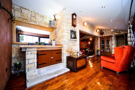 PRIVATE TRADITIONAL HOUSE IN THE CITY - priv park