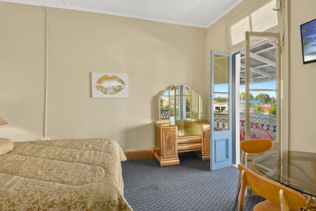 Gold themed Queen Room in Hotel - West Kempsey