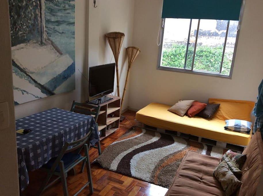 Sala (com sofá, pallet e mesa retangular)