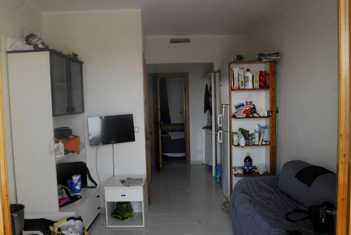 Il soggiorno e a seguire l'angolo cottura e la camera da letto matrimoniale