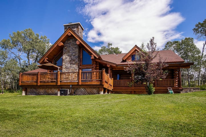 Custom-built, luxurious cabin with private hot tub and gourmet kitchen