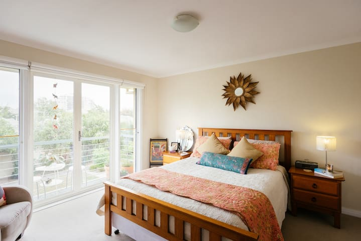 A Comfy, bright master bedroom with QB & ensuite. - Port Melbourne - House