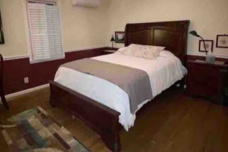 Garden City-Cedar View: Queen bed, Private Bath