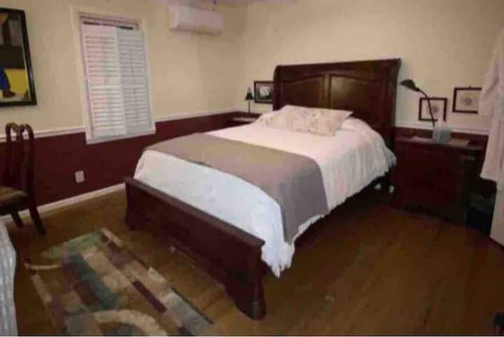 Garden City- Private Ste: Queen bed, Living & Bath