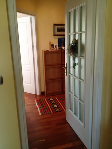 Camera con bagno privato in appartamento.