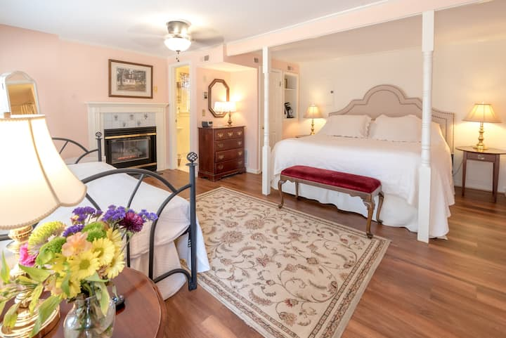 Romantic King Room with Gourmet Breakfast - Cedars B&B
