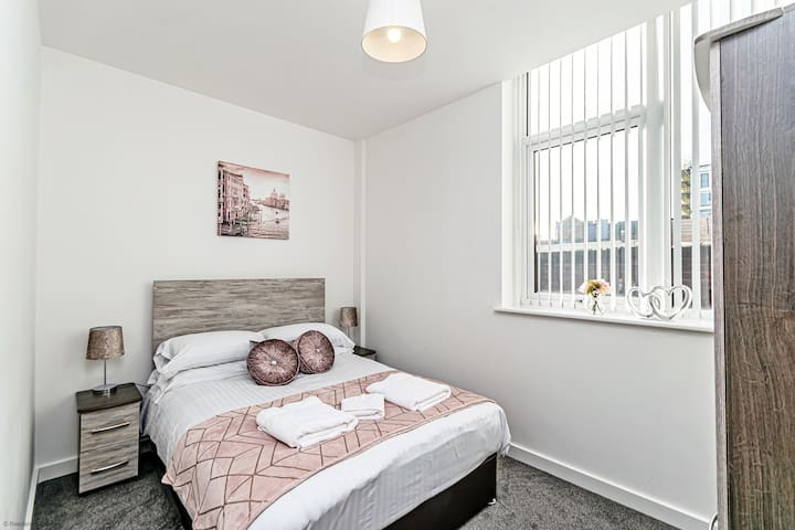 New one bed apartment that sleeps 4, just 2 minutes from the train station