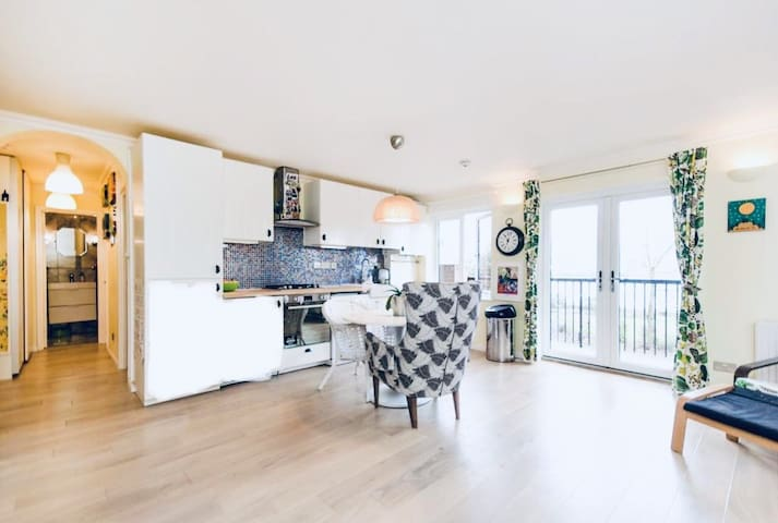 Thames view 2 bed apartment, walk to Canary Wharf