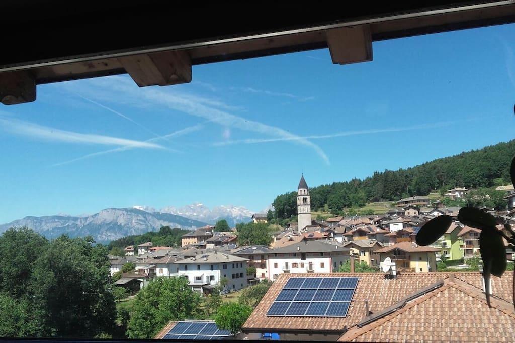vista sul paese di Baselga e sulle Dolomiti del Brenta