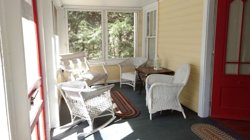 Near Beach~Charming Cottage in the Forest - Coloma - House