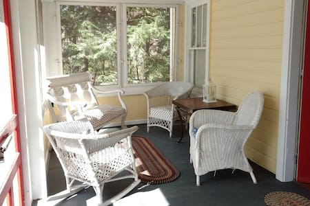 Near Beach~Charming Cottage in the Forest - Coloma - Haus
