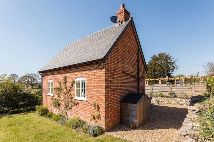 Detached self contained cottage with hot tub. - Hampshire - Hus