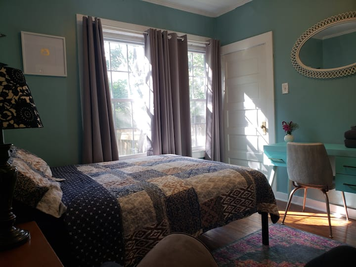 The Circus: A Holistic Homestay: Room5