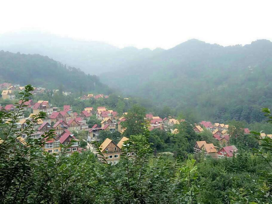 小区全景,绿树红墙,青山绿水。