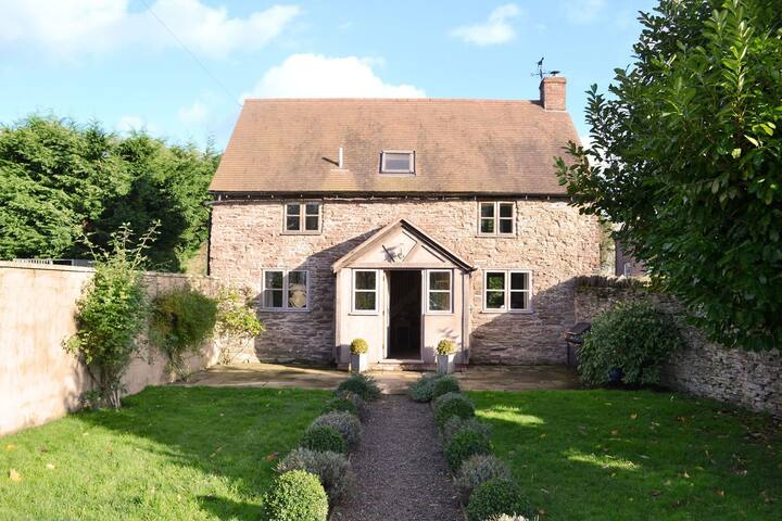 Beautiful conversion of a 17th century detached barn. Pet-friendly